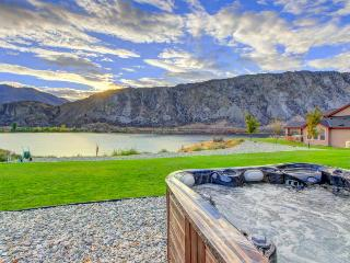 Riverfront ranch w/private hot tub & patio on the Columbia!