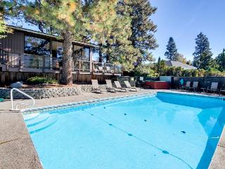 Lakeview home for 12 w/ pool, basketball court, & hot tub, Manson