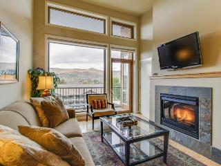 Cozy, modern condo w/lake views and shared pool & hot tub!, Chelan