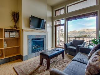 Luxurious condo with lake views plus shared pool and hot tub, Chelan