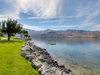 Deluxe resort condo w/lake views, pools, hot tub & beach, Chelan