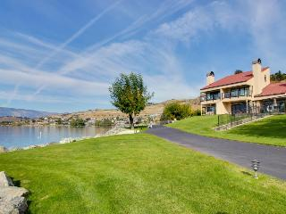 Lakefront condo for six w/ shared pool, hot tub, & dock, Chelan