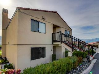 Bright condo with lake & mountain views, shared pools & hot tubs!, Chelan