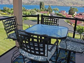 Sunny resort condo w / 5 shared pools & hot tub, quick lake access!