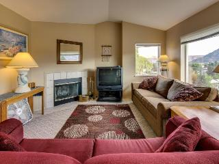 Third-floor corner condo w/stunning views + shared pool & hot tub! Lake nearby!, Chelan