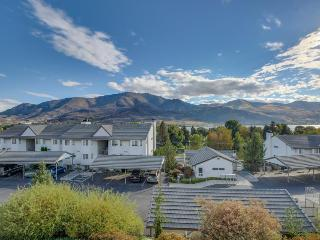 Lake views, shared pool/hot tub, walk to town!, Chelan