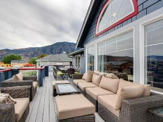 Modern and spacious home near Lake Chelan w/ private hot tub & shared pool!, Manson