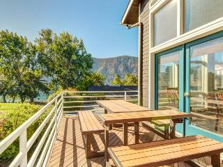 Spacious, modern lakefront home w/ private hot tub, shared pool & more!