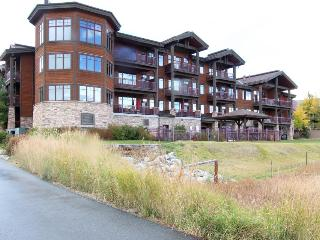 Luxury mountain condo on lakefront w/ beautiful views, shared hot tub & more!