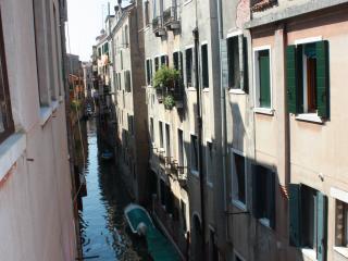 COSY CANAL VIEW APARMENT IN VENICE, Veneza