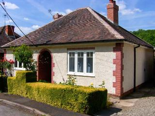 VALLEY COTTAGE, detached, ground floor, conservatory, enclosed garden, WiFi, in Jackfield, Ref 925151
