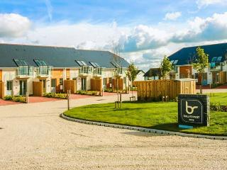 3 BAY RETREAT VILLAS, pets welcome, open plan living, WiFi, popular location, St Merryn, Ref. 927394