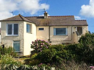TY'R ENFYS BACH, seaside apartment with WiFi, sea views, garden, Trearddur Bay