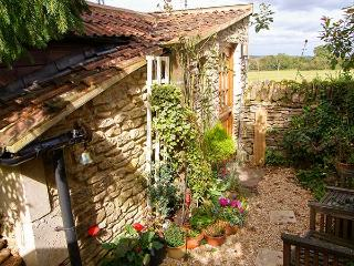 THYME FOR A BREAK, ground floor, quaint compact cottage with woodburner, in Nest