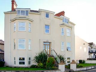 GWLANEDD ONE, seaside apartment, WiFi, coastal views, parking, balcony, in Llanf