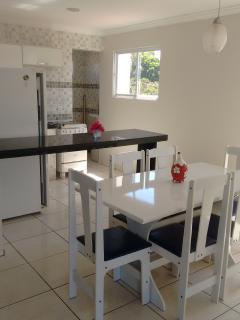 Sala de Jantar e Cozinha. Dinner table and kitchen.