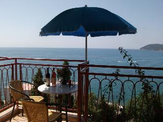 Apartment with sea view and two balconies  (3 beds) in Sutomore in Montenegro