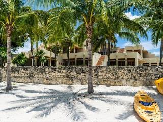 23 Acre Beachfront Estate. 7 BR Villa. Private Pool & Tennis Court. Secluded!