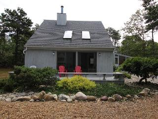LOVELY KATAMA HOME WITH SCREENED PORCH PERFECT FOR RELAXING AND DINING, Edgartown