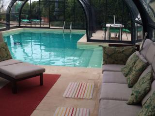 Villa con piscina dotata di copertura mobile e pannelli solari