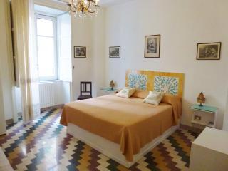 OS Garden - Maison de Charme - La camera gialla con ceramiche di Vietri