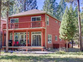 Pet-friendly cabin near river & bike path w/pool & tennis!, Sunriver