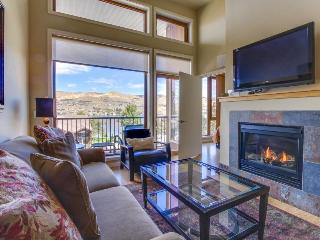 Well-located condo with patio, shared pool and hot tub, quieter location, Chelan