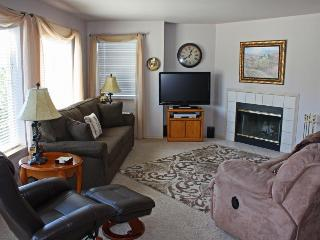 Bright two bedroom condo w/ shared swimming pool/hot tub!, Chelan