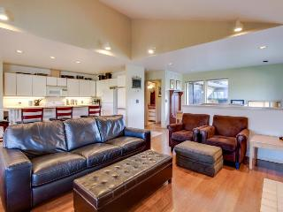 Modern home near Lake Chelan w/ a hot tub, pool & fireplace!, Manson