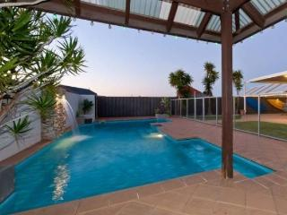 BEACH PARADISO LARGE 5 BEDROOM HOME WITH HUGE POOL, Quinns Rocks