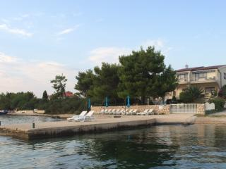 Royal Prince apartment in Villa with private beach, Pirovac