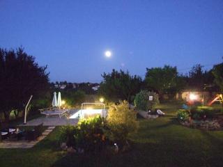 Villa Elda in sasso con piscina ,jacuzzi e grande giardino per famiglie, animali