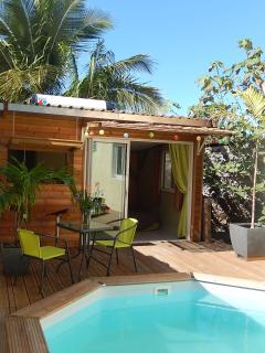 Le chalet et sa terrasse donnant sur la piscine