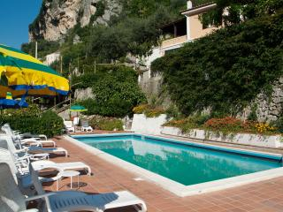 Le Rose 2 with sea view, pool and parking, Ravello