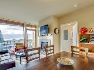 Modern, luxurious condo, shared pool/hot tub, walk to lake!, Chelan