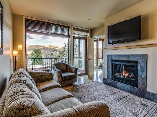 Cozy two-suite condo with community pool and hot tub, lake views!, Chelan