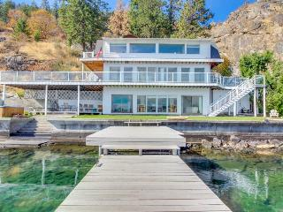 Lakefront w/ three levels, hot tub, dock, and great views - dogs OK!, Chelan