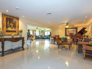Spacious 4 bedroom plus den, 3 full bathrooms and pool. Beautiful view of the golf course in the back!, Marco Island