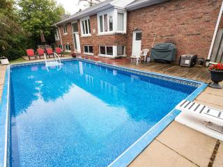 A COZY COTTAGE+ HEATED POOL OASIS IN GREATER TORONTO : FREE WIFI,MOVIES, PARKING