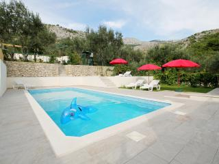 VILLA MARIETTA - heated pool, sauna, only 9km from Split