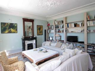 in the Villa: ground floor, living and reading room,authentic ceiling;