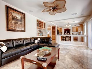 Elegant 4.5 Bedroom With Pool! 9 Miles from Strip!, Las Vegas