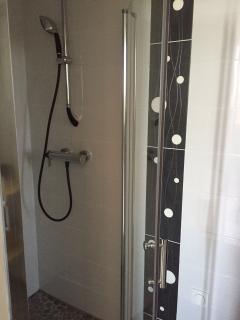 Salle de bain attenante à la chambre 2