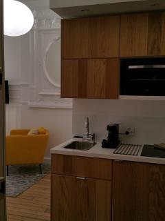 kitchenette avec four plaque vitro et refrigérateur