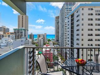 New Renovated Condo near Beach with Free Parking, Honolulu
