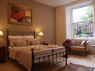 Luxury central flat with garden and free parking, Edinburgh