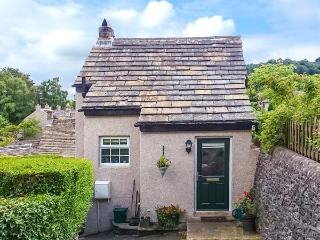 FOXGLOVE COTTAGE, romantic cottage, woodburner, mezzanine sitting area, in Calve