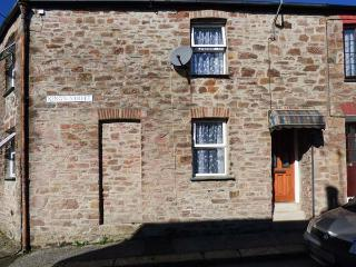 IVY COTTAGE, cosy old cottage, open fire, dog-friendly, close to amenities, in