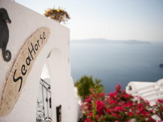 """A """"Magical"""" villa overlooking the caldera cliff., Firostefani"""