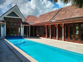 Magnificent 4BR Villa Golf +  Private Beach Access